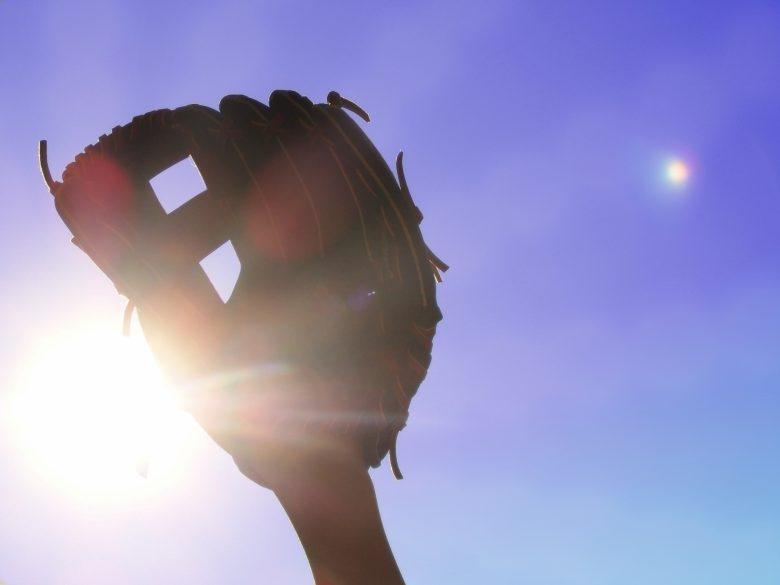 野球、グローブ、陽射し