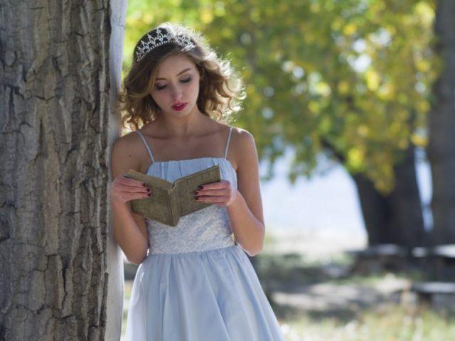 プリンセス、読書、木陰