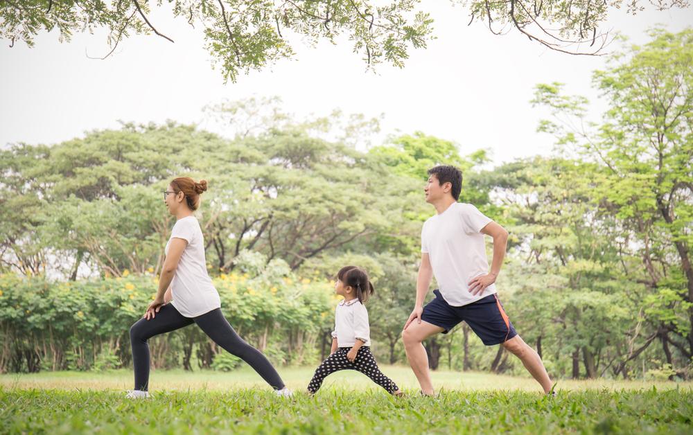 家族で運動、ストレッチ、運動