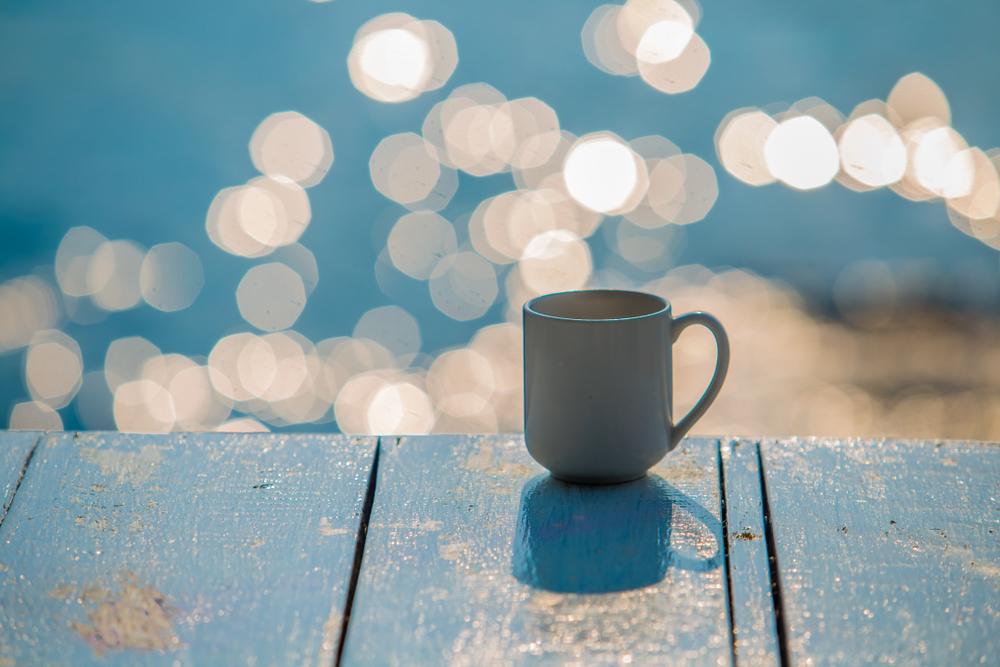 気持ちスッキリ、リラックス、リフレッシュ、海辺、浜辺、海岸沿い、コーヒーカップ