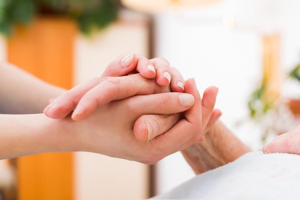 思いやり、やさしさ、握手、手を添える、ぬくもり